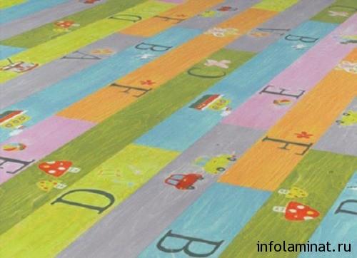 Ламинат с надписями в интерьере детской