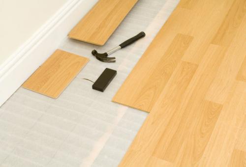 Монтаж ламината на деревянный пол