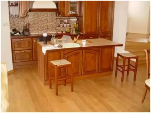 Преимущества укладки ламината на кухне