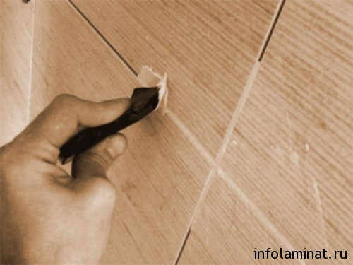 используем затирку для швов ламината