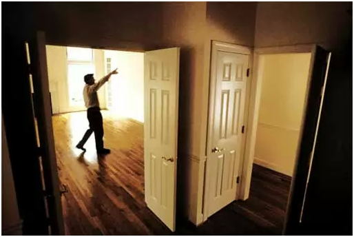 Устанавливаем двери или укладываем ламинат
